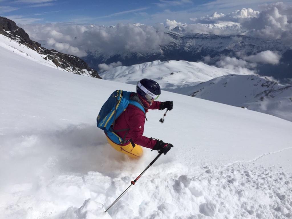 Skiër die door de diepe sneeuw gaat in Chili