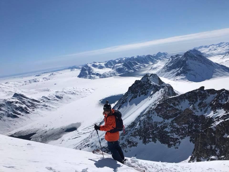 Paul de Groot met ski's in Groenland