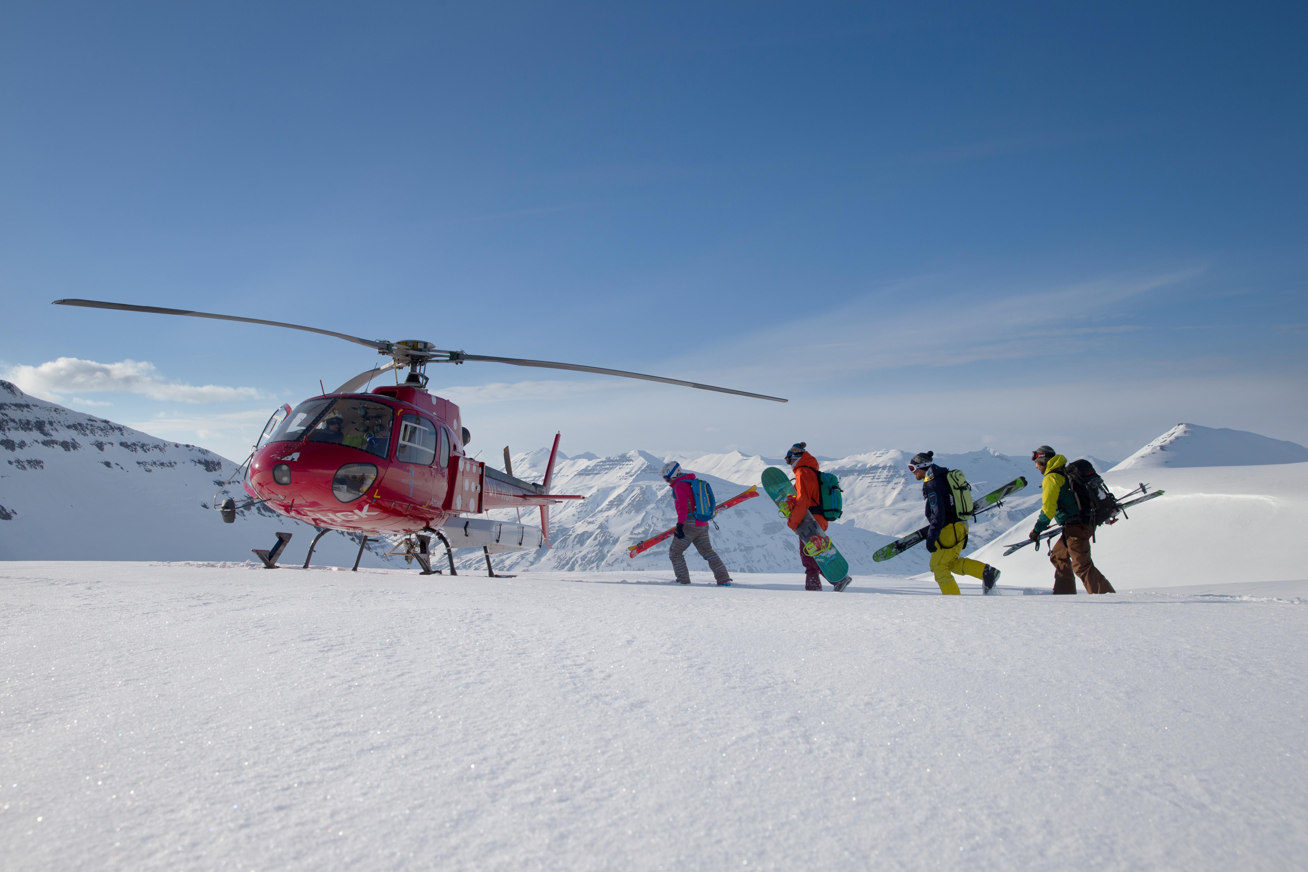 Skiërs stappen in helikopter
