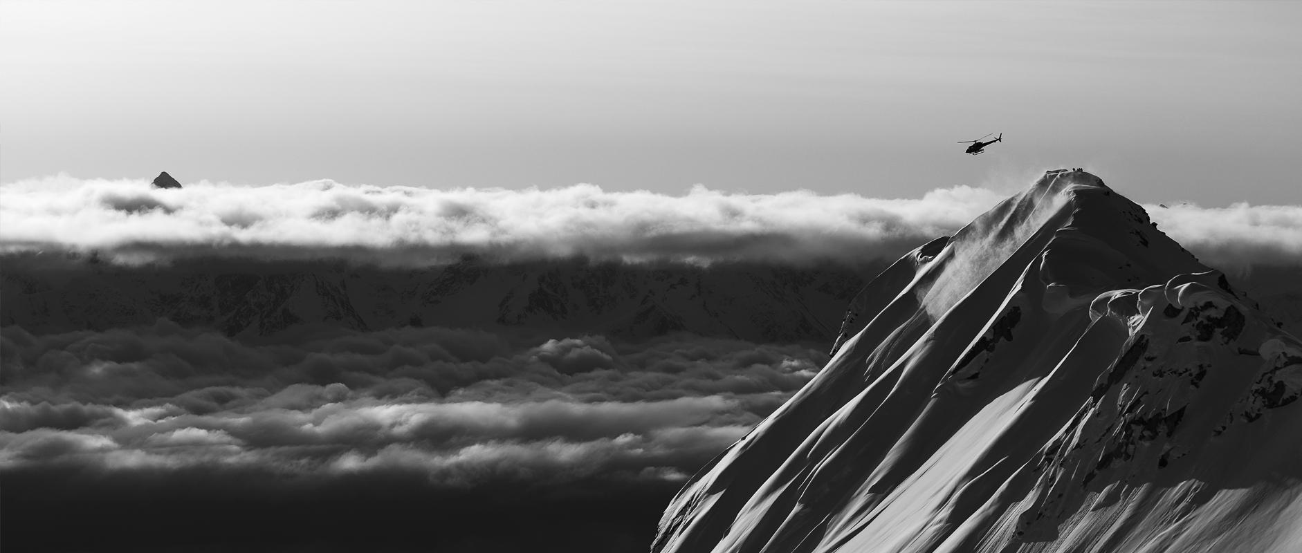 Zwart witte foto van helikopter in Alaska
